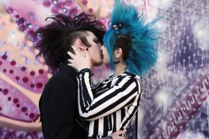 Deathrock kiss by AnoliNicure