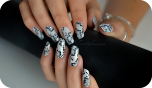 black and white manicure by Tartofraises