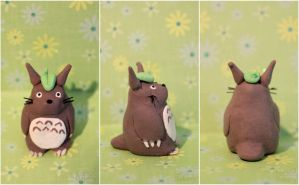 Totoro with leaf by EmisBakery