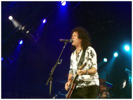 Queen Tour 2005: Brian Singing by Fox82