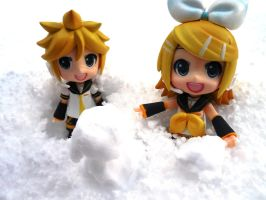 Rin and Len~ Snow!! by evangeline40003