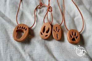 Foot prints in wood by Hluthvik