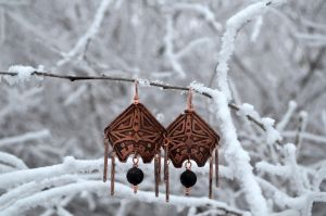 Etched copper earrings with volcanic lava by Bohemi-enne