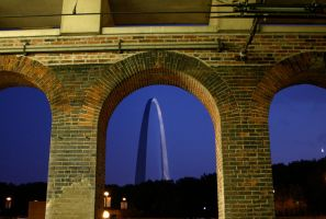 Arch in St Louis at night by nwalter