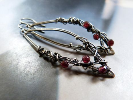 Garnet silver earrings by Kreagora