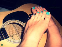feet and guitar by zuzica