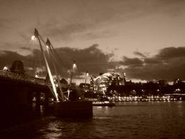 Hungerford Bridge by evilminky666