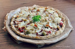 tart with olives and onions by FiorOf
