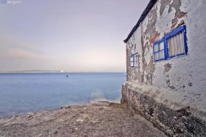 Blue windows, blue sea. by MarioGuti