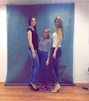 Surrounded by two very tall models by zaratustraelsabio