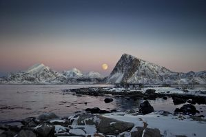 Winter moon by Therato3