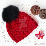 Knitted hat with fur pompon by Hitrinka