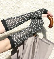 Elegant gloves  with black and white pattern by WearMeUp