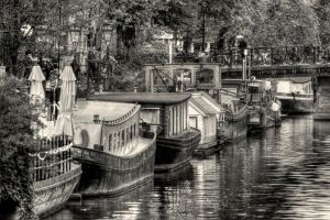 Houses on the water - Amsterdam by Witoldhippie