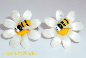 Fimo daisy with bee rings by cernittando