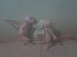 Mewtwo and Mew papercraft by javierini