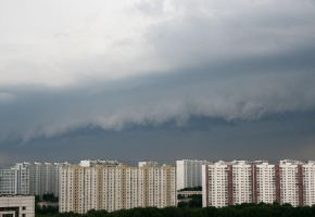 Shelf cloud of a storm by Akaiko