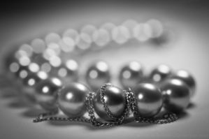 Pearls and Chain by Suinaliath