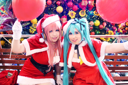 Christmas_Vocaloid_Luka and Miku by NeeHime
