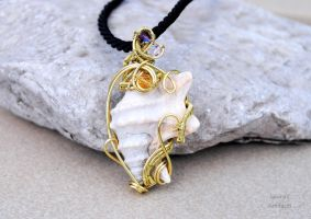 Sea shell wire wrapped pendant - OOAK by IanirasArtifacts