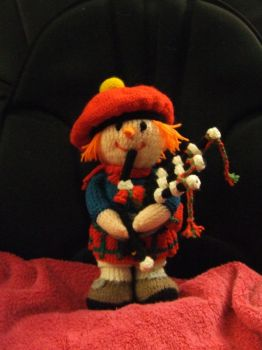 Knitted scottish piper by Frejja