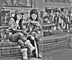 Lunchtime in Amerikamura 1, BW by stevezpj