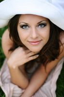 blue eyes and white hat by gestiefeltekatze