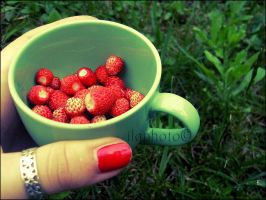 A cup of strawberries by Lilith1995
