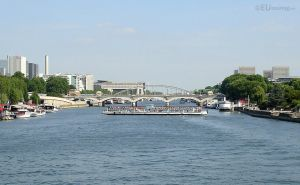 Pont d'Austerlitz and tour boat by EUtouring