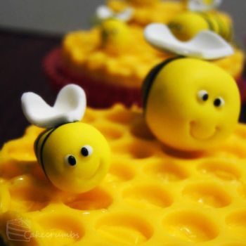 Honey Bee Cupcakes by cakecrumbs