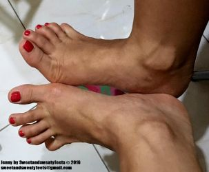 Relaxing my toes by JennyFeet84
