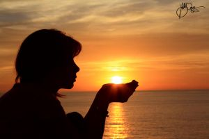 Sun in the hand by Nicho90