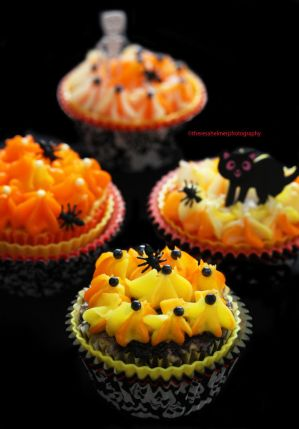 Halloween Cupcakes with Royal Icing by theresahelmer
