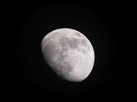 Gibbous Moon by TommyGK