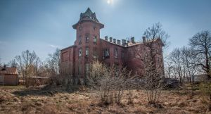 Abandoned railway hospital by Lantret