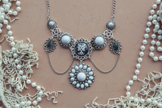 bridal HexAsylum necklace by R3ik0n