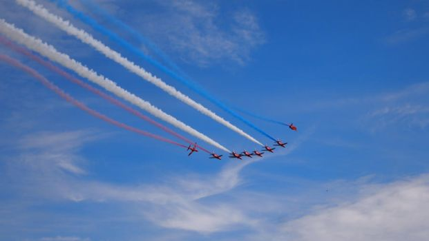 Red Arrows by divinekatt