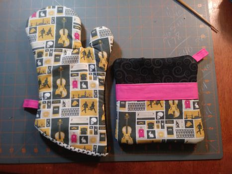 Sherlock Oven Mitt and Hot Pad Set by MechanicalApple