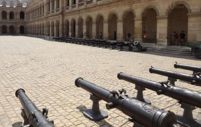 Cannons at the courtyard by EUtouring