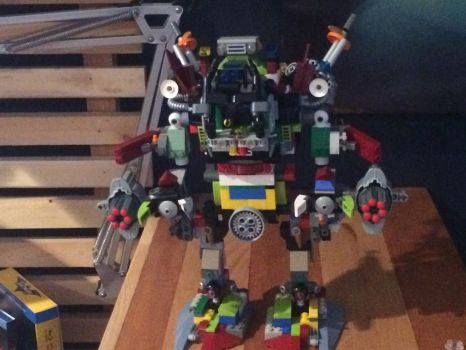 Mixed up mech ((front view)) by Trueblur1