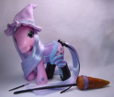 Charm, corseted little pony by Woosie