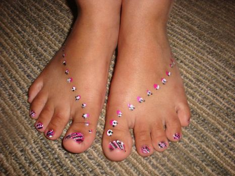 pretty toes by almostexpelled