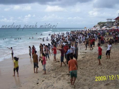 crowd at the Kuta Beach by rahmot