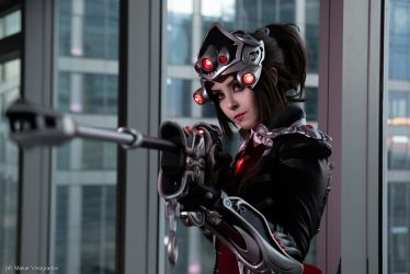 Cosplay Widowmaker Huntress by Disharmonica