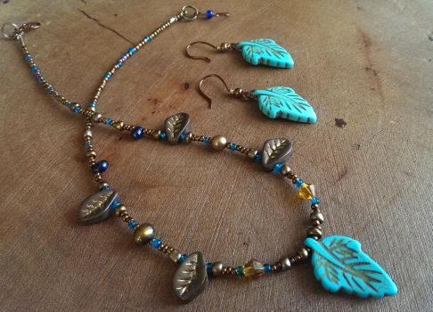 Turquoise leaf beaded necklace and earri by Elvarinya