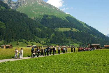 Procession in a mountain landscape by steppeland