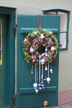 door wreath by two-ladies-stocks