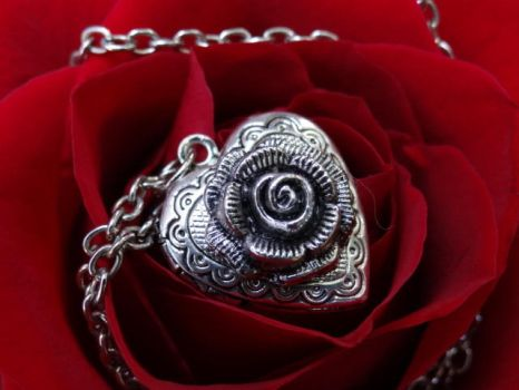 Alice's Locket by Hiddendemon-666