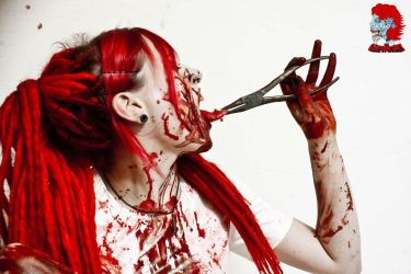 Crazy girl loves blood by YanaHell