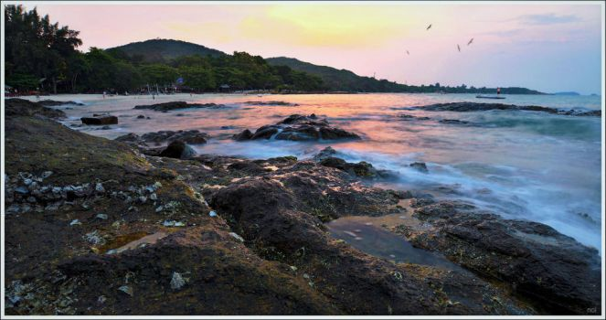 The last light on the seashore by OshimaruKung7285